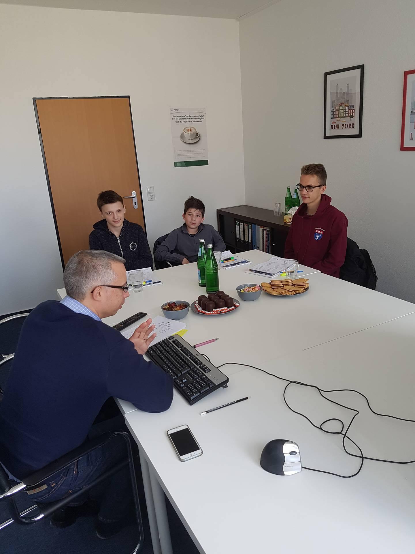 Jörg Vogt spricht mit den Teilnehmern des Boys' Day